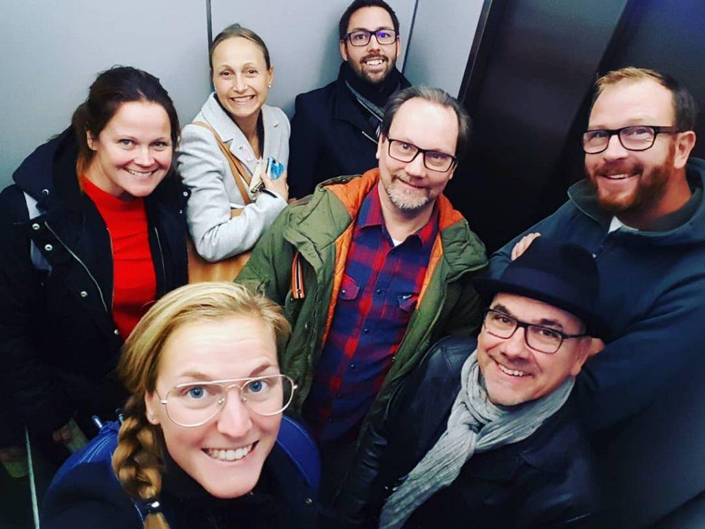 Delar av TVF:s styrelse i en hiss